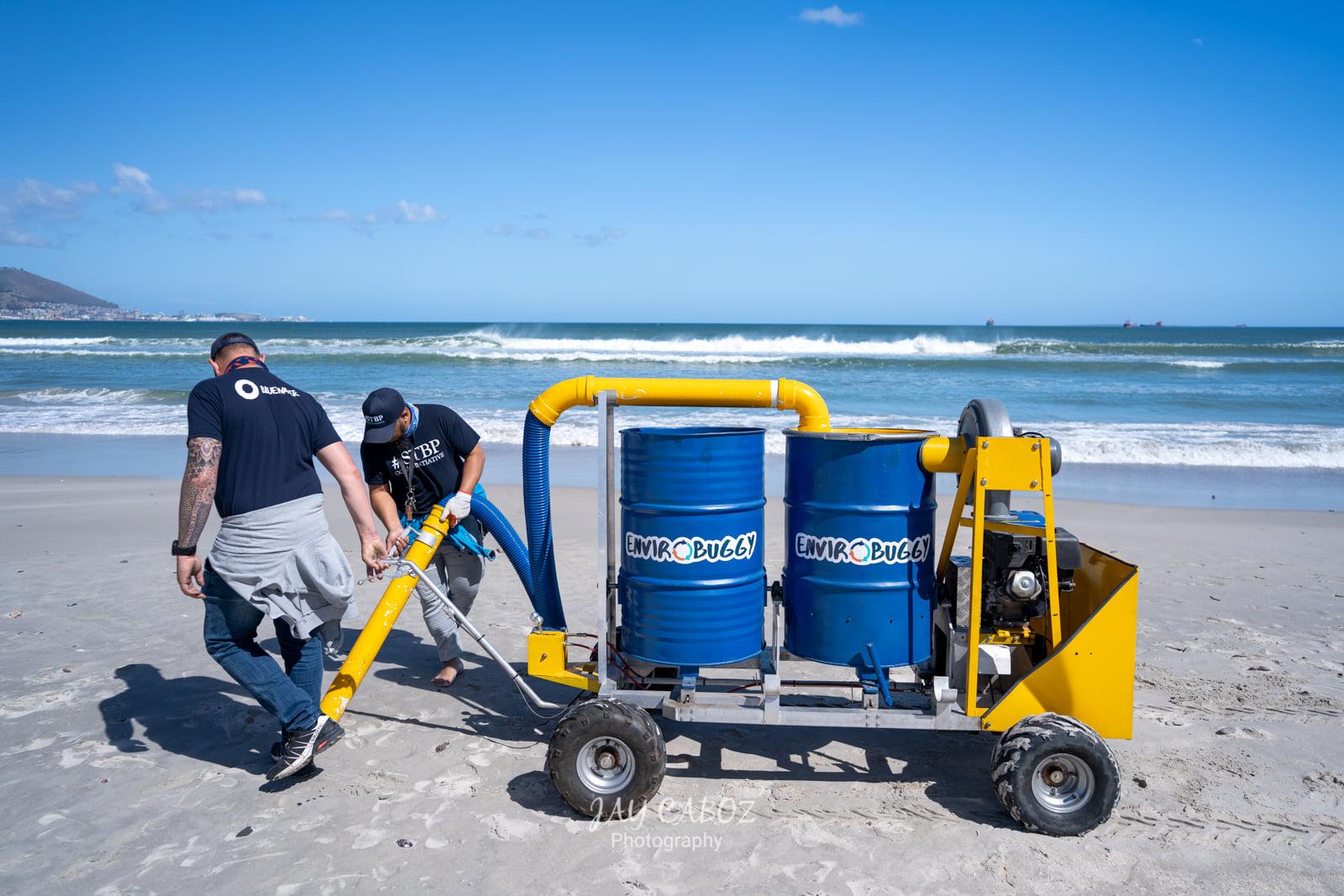 V Kapskom Meste vysávajú pláž. Čistia ju tak od mikroplastov