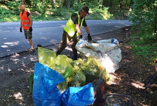 Dobrovoľníci vyčistili lesy okolo Krupiny. Zaplnili dva veľkokapacitné kontajnery