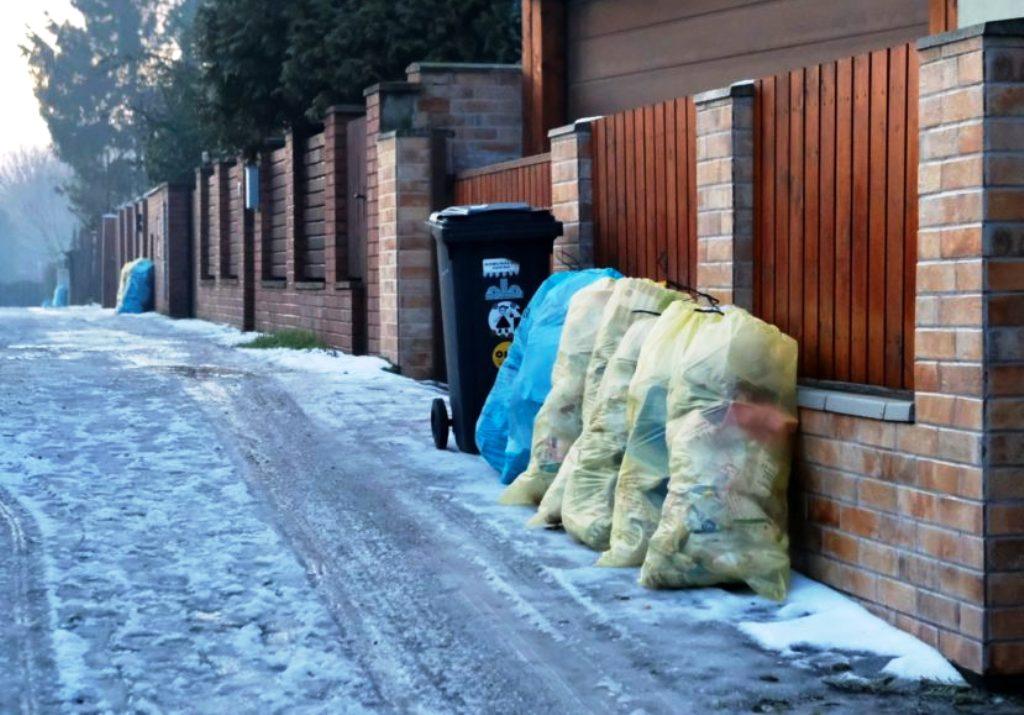 Domácnostiam v Bratislave rozdajú ďalšie žlté a modré vrecia na triedený zber