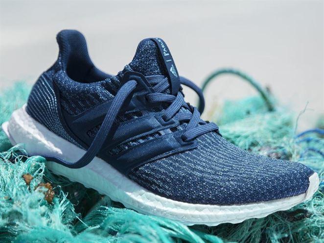 Adidas predal milión párov tenisiek z plastového odpadu