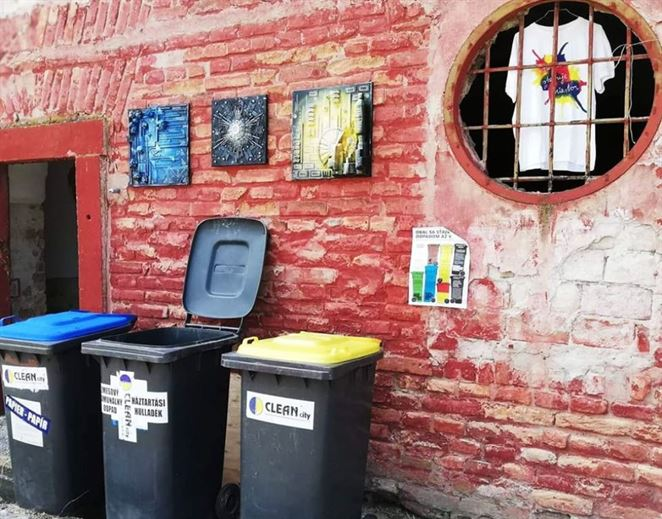 Kreatívne výrobky z odpadu. Popradskí aktivisti učia deti z osady ako využiť odpad