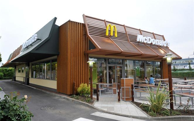 McDonald's obmedzuje plasty a vsádza na alternatívy. Testuje aj spätný odber hračiek