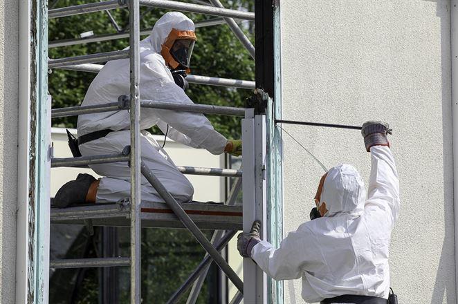 Pred rekonštrukciou budov je nutné vykonať prieskum o výskyte azbestu, upozorňuje APOH