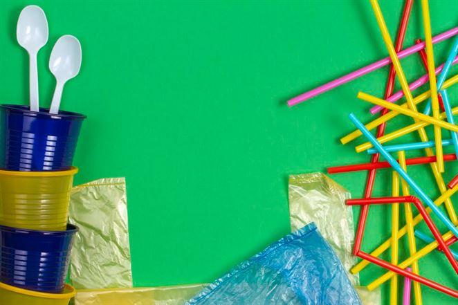 Zakázané jednorazové plasty sú práve teraz potrebné, upozorňujú spracovatelia plastov