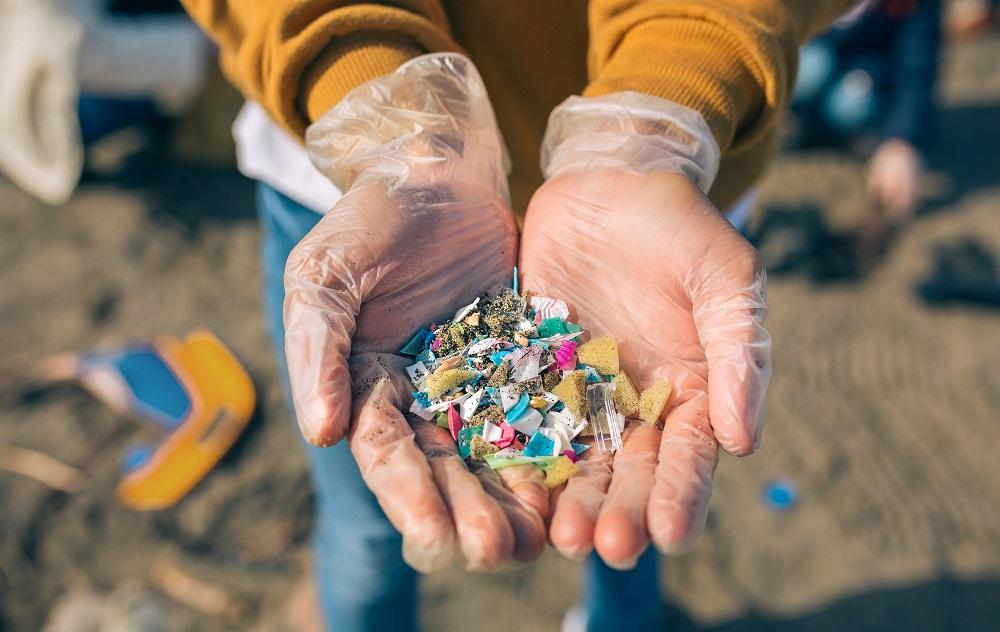 S mikroplastmi v životnom prostredí cirkulujú kovy aj škodlivé baktérie, upozorňujú vedci