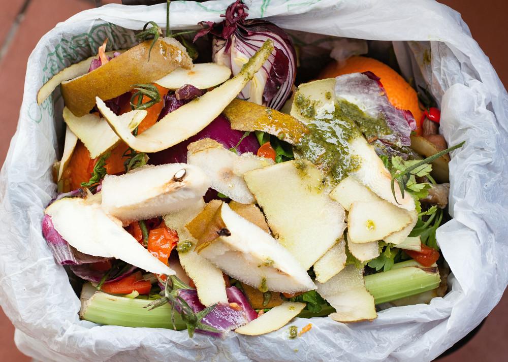 Do čoho zbierať kuchynský odpad? Plastové, bioplastové, papierové alebo žiadne vrecká?