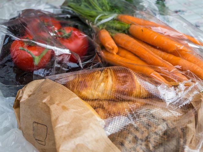 SNS navrhuje povinné darovanie nepredaných potravín. Potravinári upozorňujú na riziká