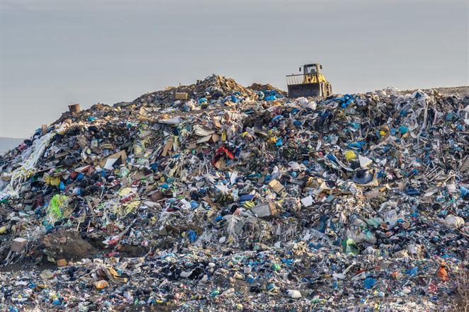 Skládkovanie vs. spaľovanie: čo s hromadiacim sa plastovým odpadom?