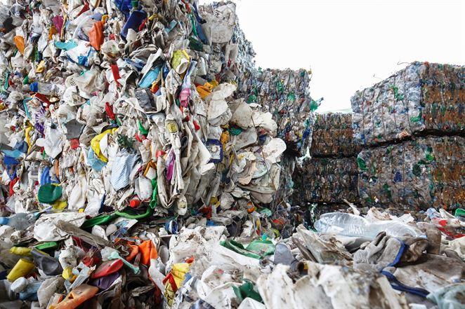 Odpad so zmiešaným plastom v USA končí v spaľovni alebo na skládke