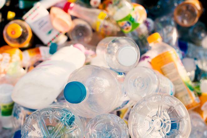 Spotrebitelia sú ochotní priplatiť si za menej plastových obalov, vyplýva z prieskumu