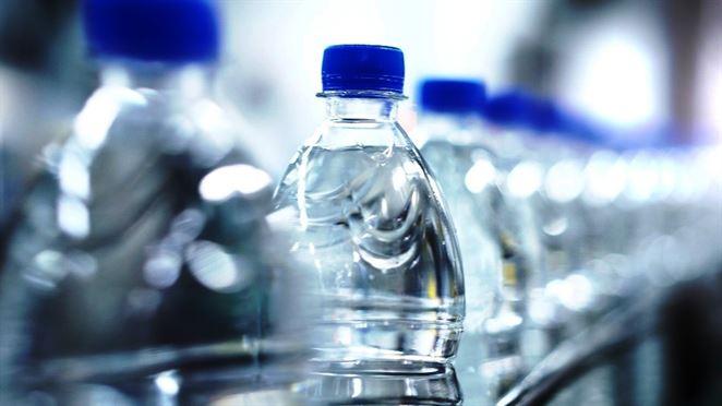 Recyklovaný PET odpad je o štvrtinu drahší než novovyrobený plast, no dopyt po ňom neklesá. Prečo?