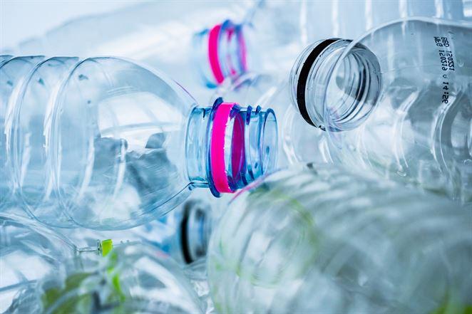 Vedci vyvinuli enzým, ktorý dokáže v priebehu pár hodín rozložiť plastovú fľašu
