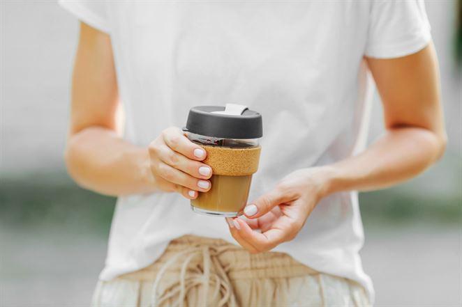 Spoplatnenie jednorazových pohárov motivuje spotrebiteľov doniesť si vlastný, potvrdila štúdia