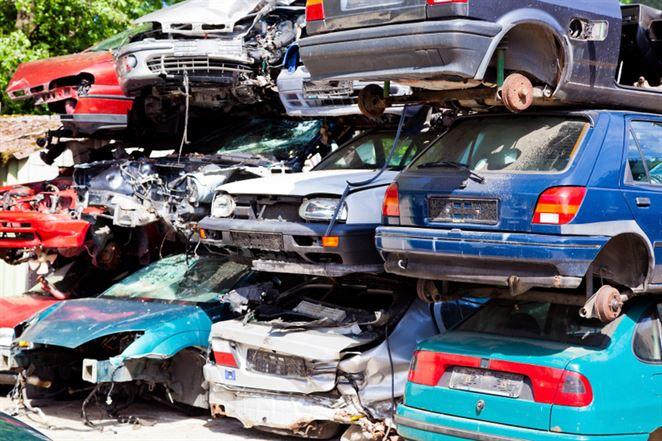 Polícia zastavila prevádzku nelegálneho autovrakoviska