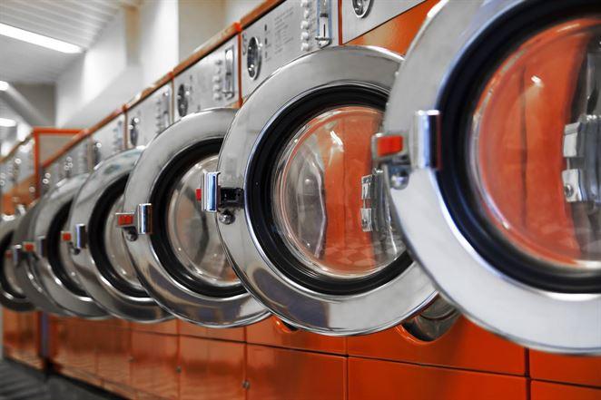 Plastové mikrovlákna, ktoré vznikajú pri praní, vedia filtrovať zvukovými vlnami