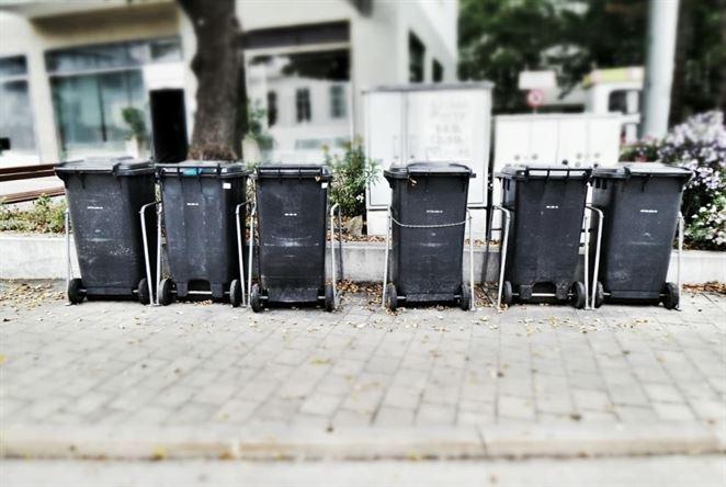 Kto by mal kontrolovať zloženie zbernej nádoby?