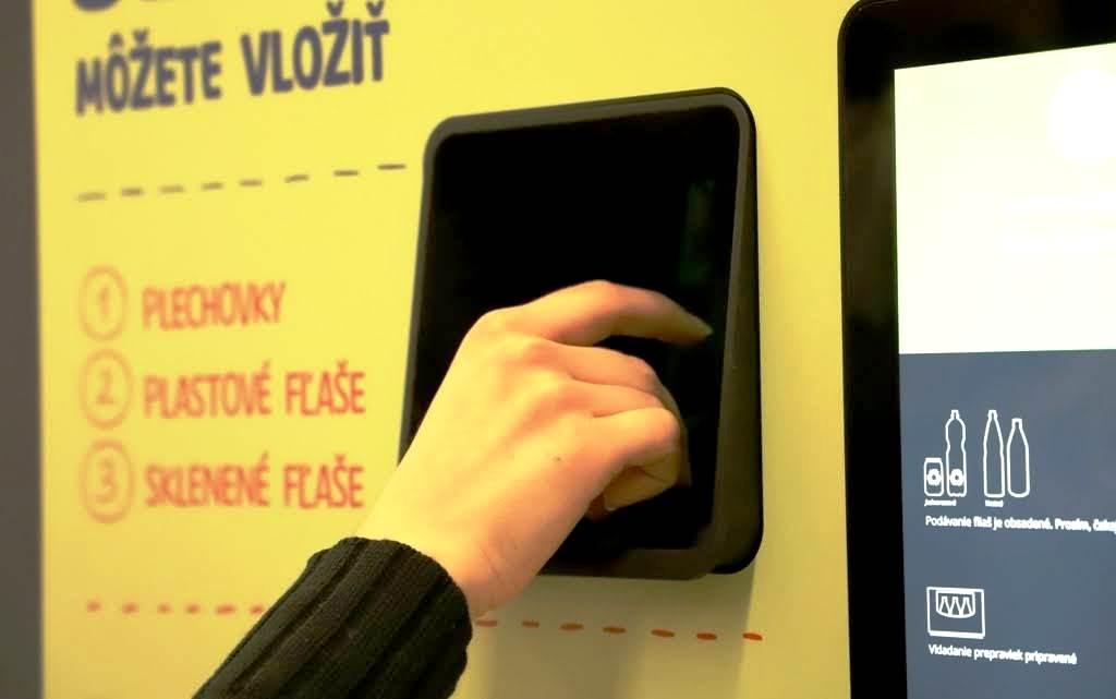 Zálohovanie si vyžiada zberné automaty. Niektoré vyzbierajú sklo, PET aj plechovky (VIDEO)