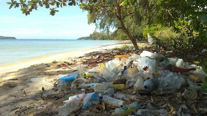 Plastový odpad zaplavuje turistický ostrov Bali