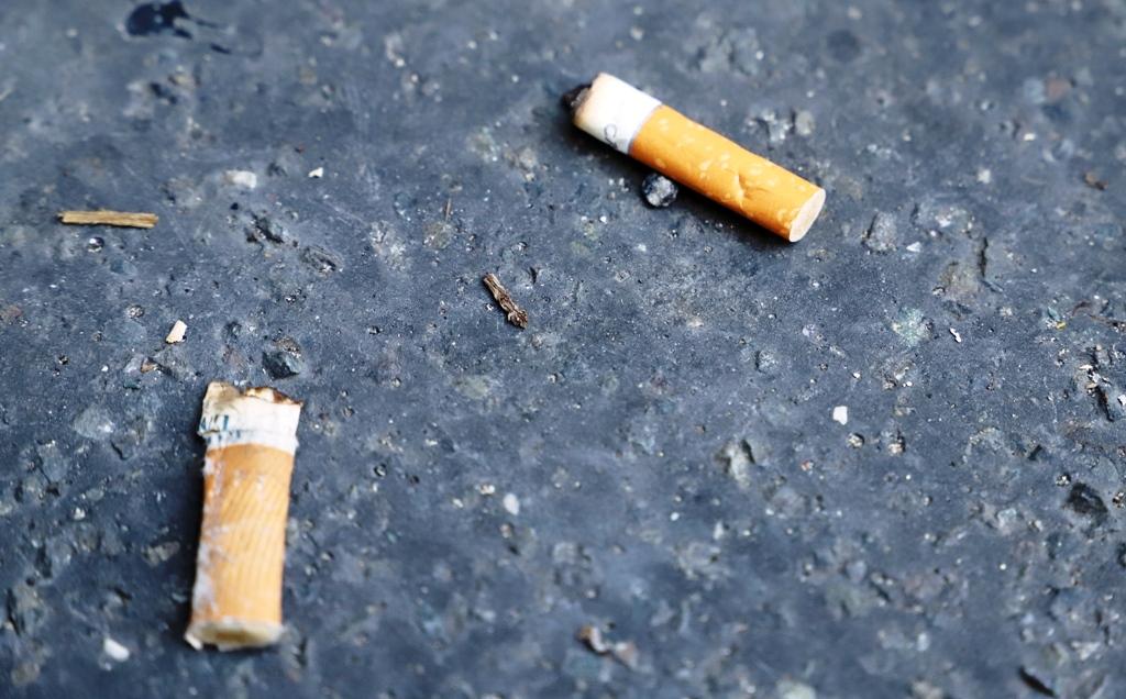Každý piaty fajčiar priznal, že odhodí ohorok na zem. Zmeniť to má nová kampaň