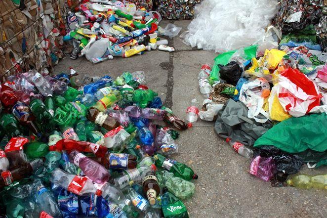 Česi patria k európskym lídrom v triedení plastov, väčšinu aj tak spália