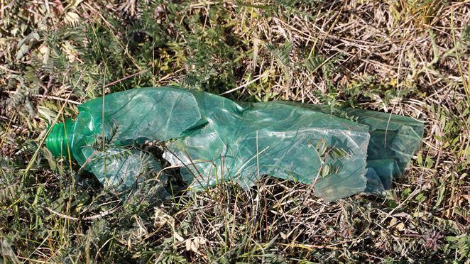 Nový druh plastu sa bez zvyškov rozloží pôsobením UV žiarenia