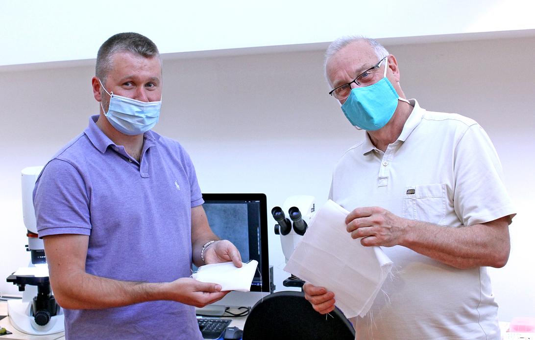 Českí vedci vyvinuli rúška, ktoré sa v prírode rýchlo rozložia. Problémom je však cena
