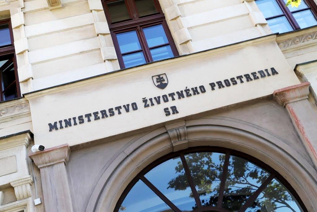 Ministerstvo má podľa zákona kontrolovať OZV a koordinačné centrá. Nerobí to