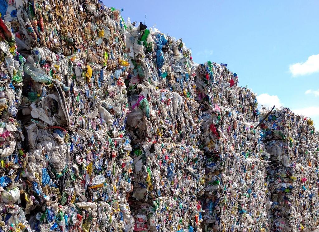 Globálna produkcia plastov vlani poklesla, dôvodom bol covid