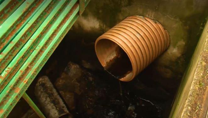 Vytekajúca skládka odpadu rozdelila predstaviteľov mesta na dva tábory