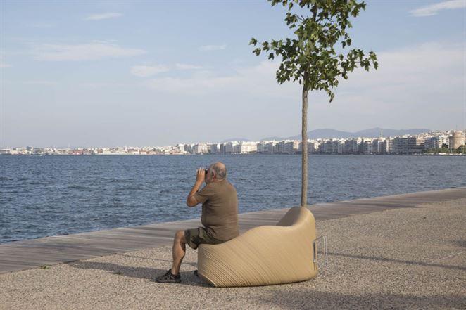 V Grécku recyklujú plastový odpad na lavičky pre verejné priestory