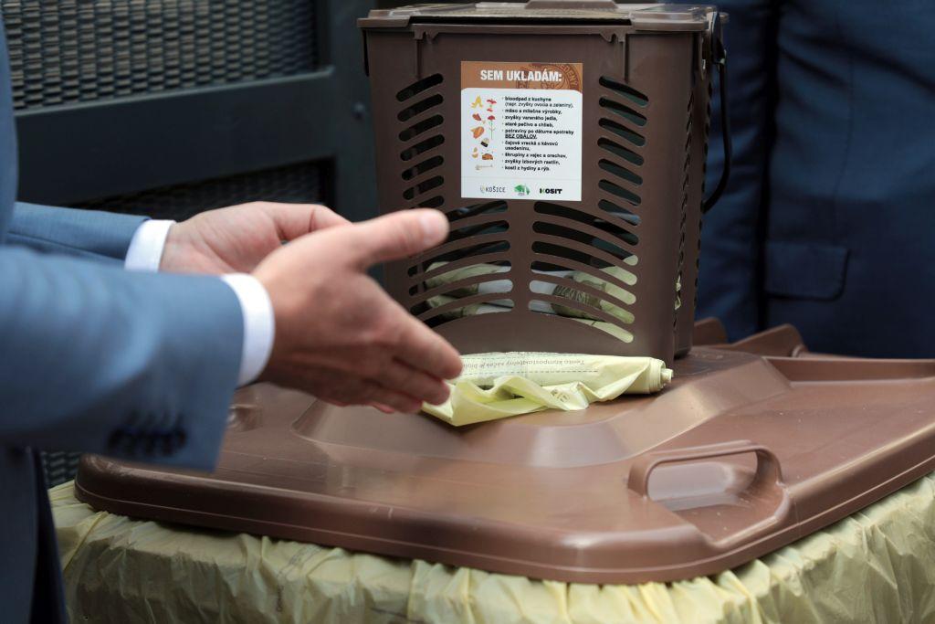 Čipy v nádobách, váhy na zberových vozidlách. Košice testujú triedený zber bioodpadu