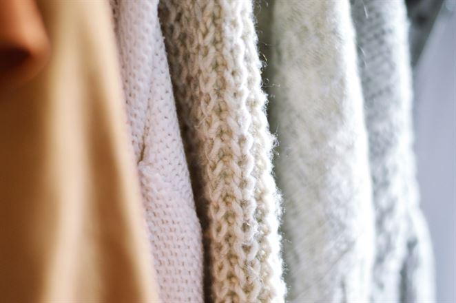 Nosením sa z oblečenia môže uvoľňovať viac mikrovláken ako praním, tvrdí štúdia