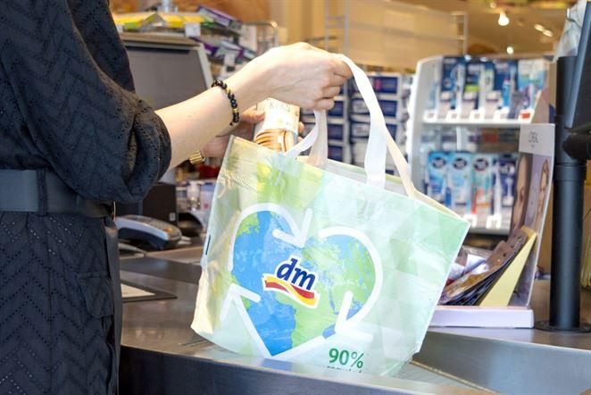 Populárny reťazec drogérií nahrádza jednorazové plastové tašky novou ekologickou