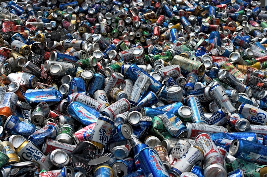 Namiesto plastových fliaš hliníkové plechovky. Japonskí nápojári testujú nové obaly