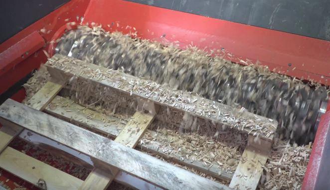 Drvič odpadu poseká drevené palety na triesky za pár sekúnd