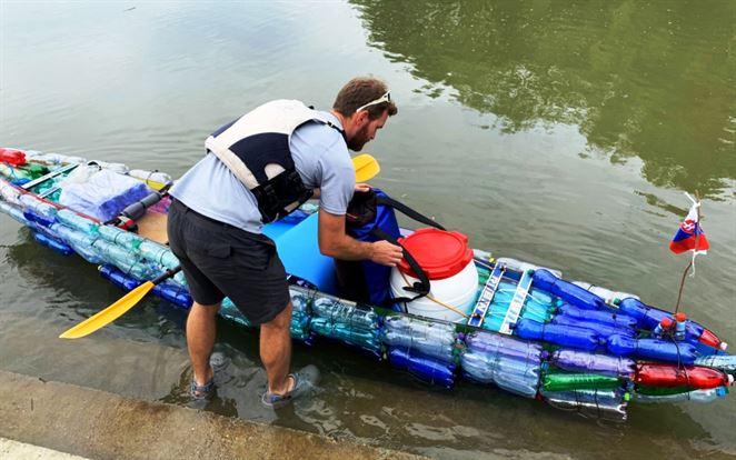 Slovák splavil Dunaj na kajaku z PET fliaš. Chcel tak upozorniť na odpady v prírode