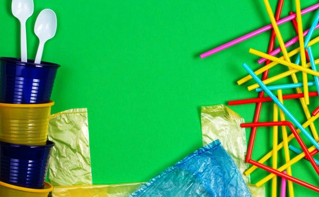 Čo sú jednorazové plastové výrobky? Komisia vydala usmernenie k smernici SUP