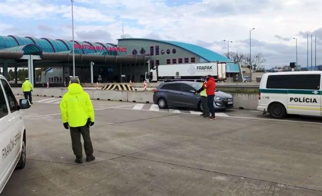 Inšpektori si na slovensko-rakúskej hranici posvietili na nelegálny dovoz odpadu