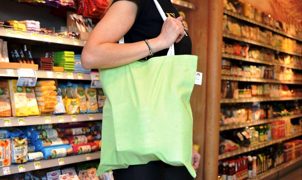 Bavlnené tašky nie sú udržateľné. Známy reťazec ich nahrádza ekologickejšou alternatívou