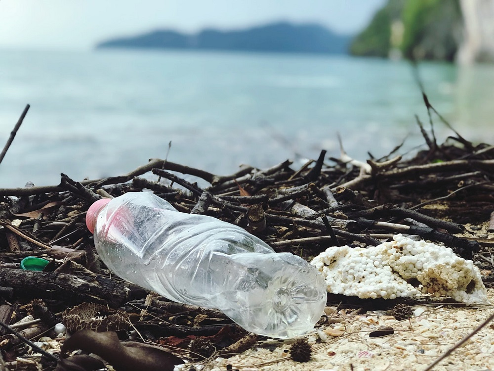 Slnečné žiarenie rozkladá plasty v mori na desaťtisíce chemických zlúčenín
