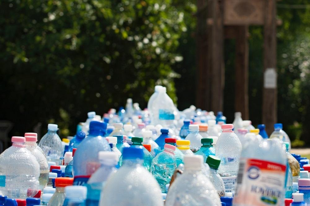 Konzorcium svetových značiek predstavuje prvú enzymaticky recyklovanú plastovú fľašu