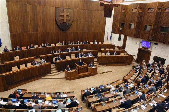 Poslanci podporili protiskládkový balíček zákonov