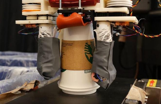 Robot triedi odpad nielen zrakom, ale už aj hmatom