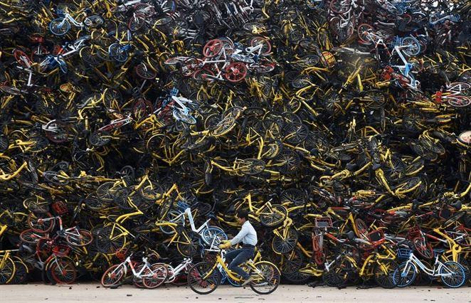 Čínske bicykle sa hromadne menia na kovošrot v zberných dvoroch