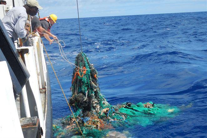Plávajúca bariéra Ocean Cleanup mala zbierať plasty. Zatiaľ sa jej nedarí
