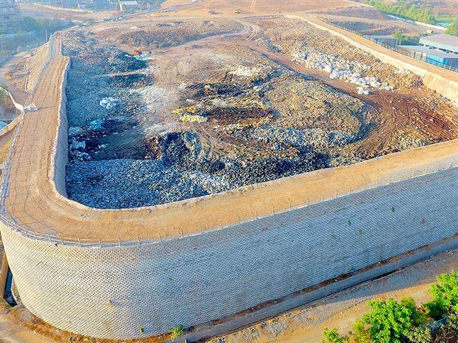 Vertikálna skládka odpadu vyrástla v Indii