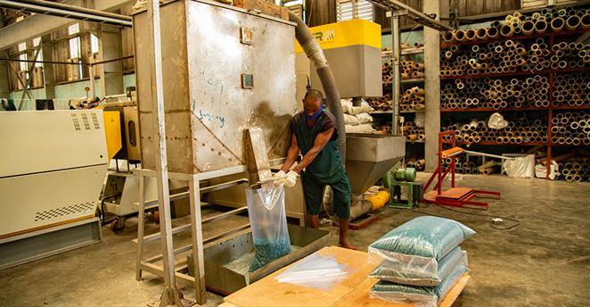 Nigéria spúšťa projekt na recykláciu plastových vreciek na vodu
