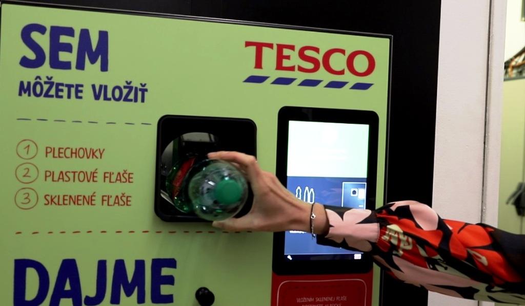 Tesco spustilo prvý zberný automat na PET fľaše a plechovky (VIDEO)