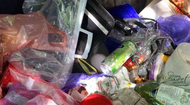 Kontajnery na zmesový odpad častokrát obsahujú aj predmety, ktoré do nich nepatria