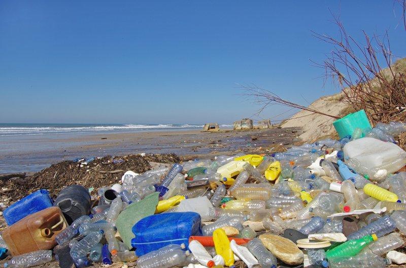 Plasty v oceánoch aj na súši